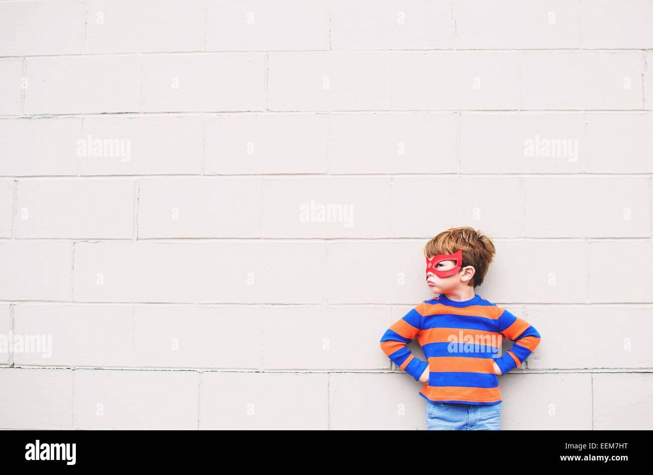 Kleiner Junge (2-3) mit Superhelden Maske Stockfoto