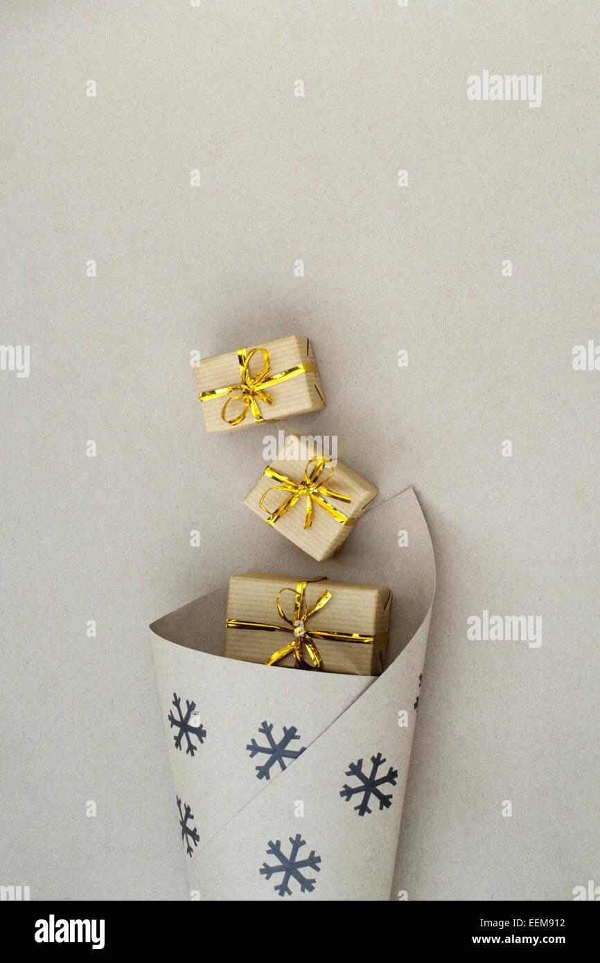 Weihnachts Geschenkpapier mit Geschenk-Boxen Stockbild