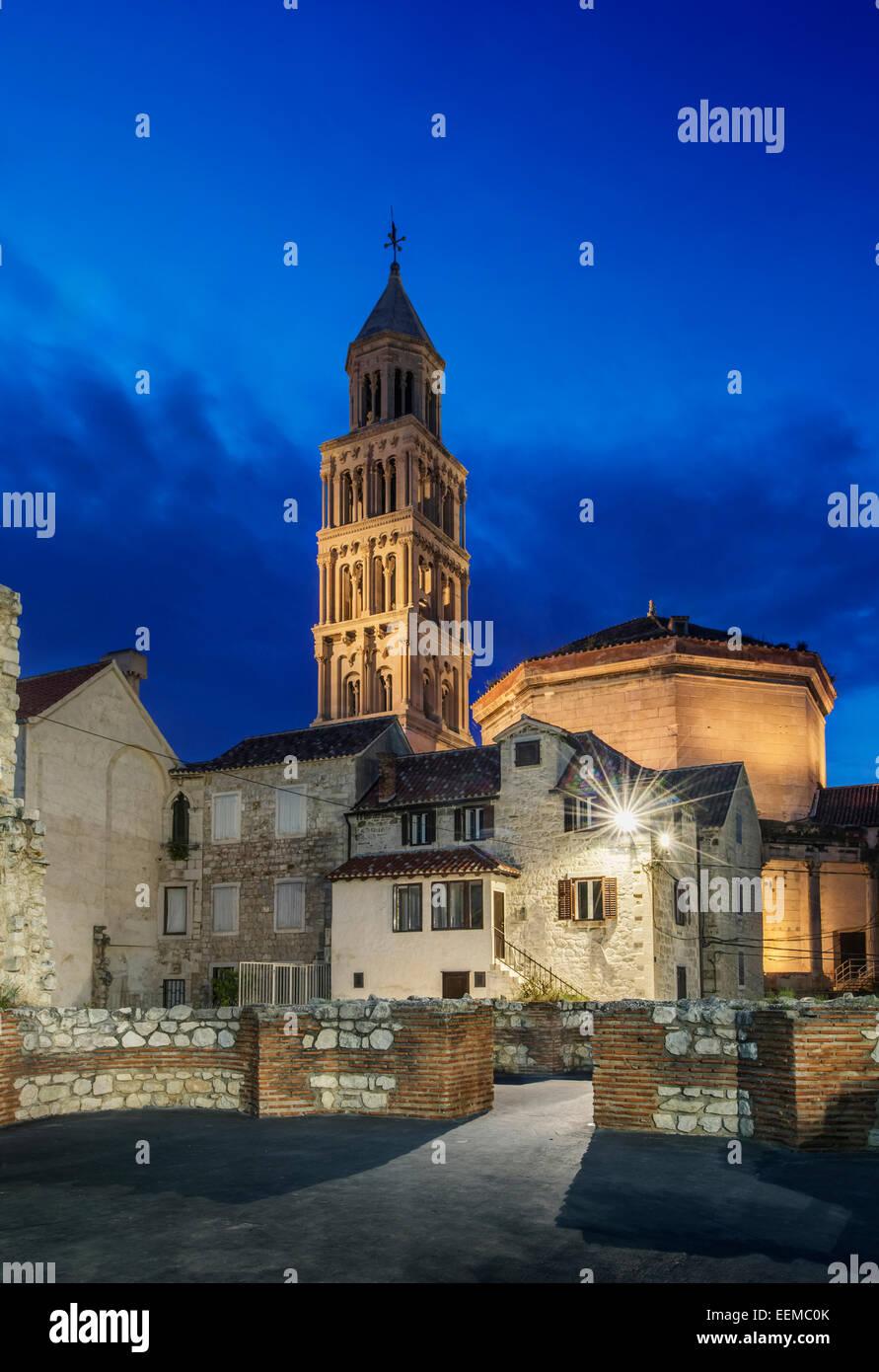 Gebäude und Turm beleuchtet in der Abenddämmerung, Split, Split, Kroatien Stockbild