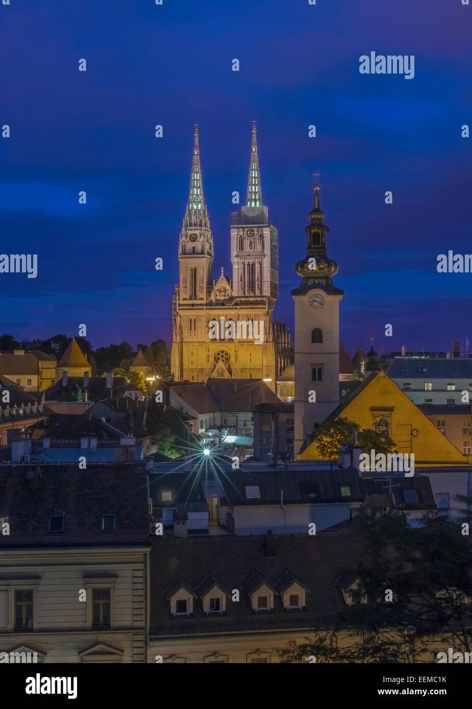 Dom-Türme über Dächer in Stadtbild, Zagreb, Zagreb, Kroatien Stockbild