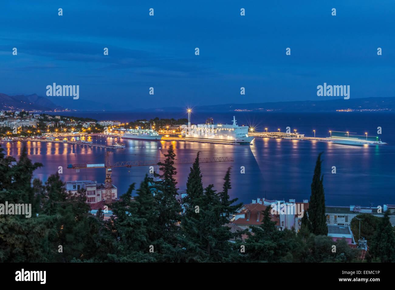 Luftaufnahme des beleuchteten Dock und Stadtbild von Küstenstadt, Split, Split, Kroatien Stockbild