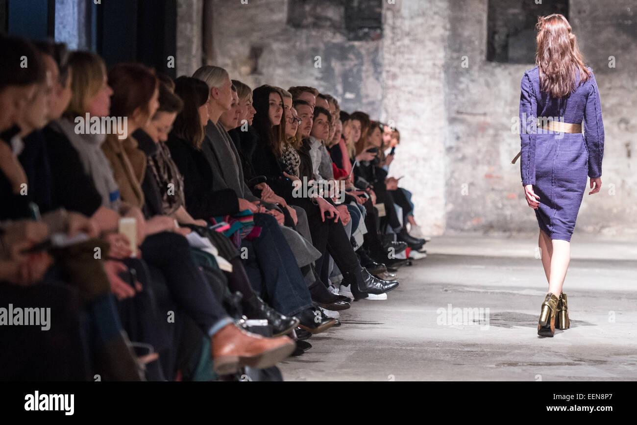 Berlin, Deutschland. 20. Januar 2015. Ein Model präsentiert Mode von ...
