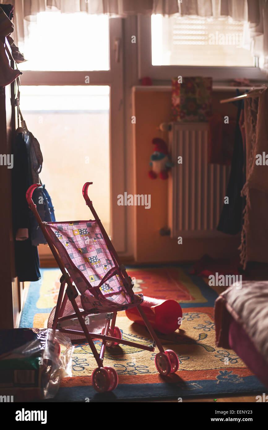 Zimmer eines kleinen Kindes, Spielzeug rundum. Stockfoto