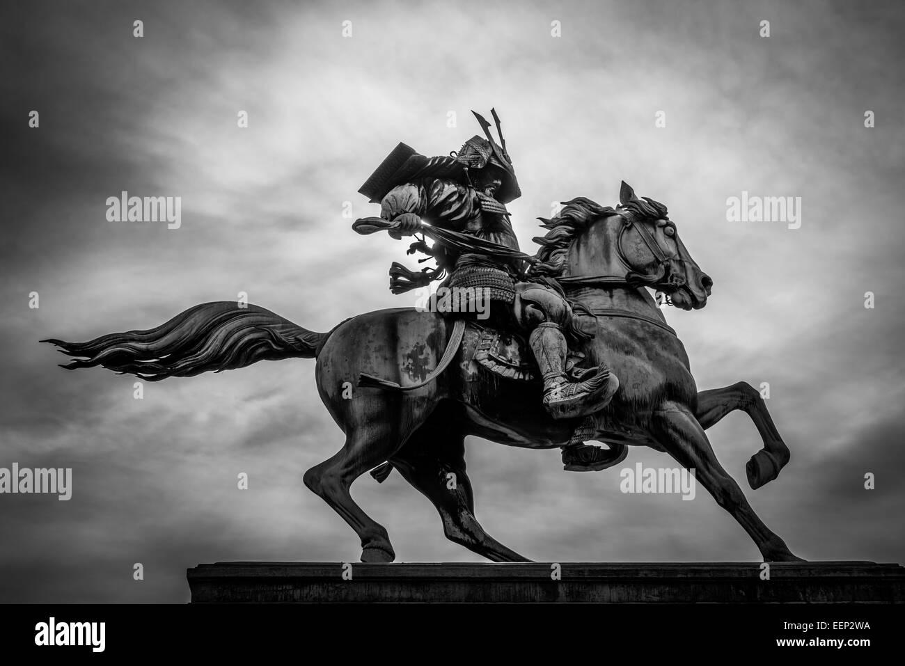 Schwarz und weiß von einem Samurai auf dem Pferderücken. Stockbild