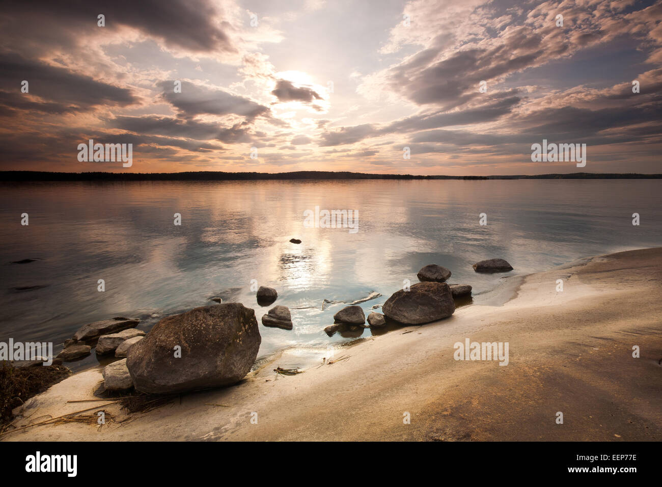 Sonnenuntergang auf der Insel Brattholmen in den See Vansjø, Råde Kommune, Østfold Fylke, Norwegen. Stockbild