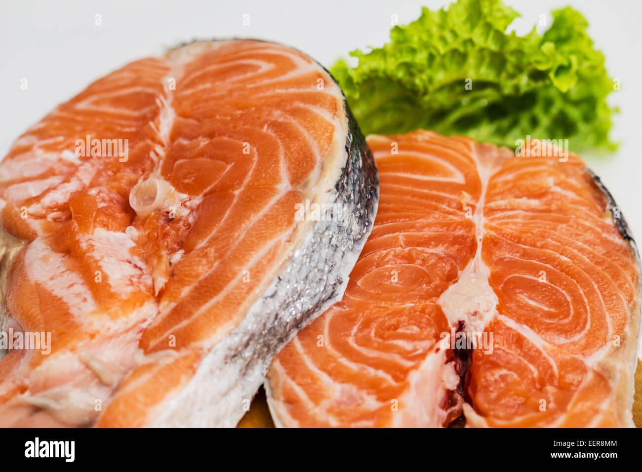 roher lachs rot fisch steak mit kr utern und zitrone auf wei stockfoto bild 77958404 alamy. Black Bedroom Furniture Sets. Home Design Ideas