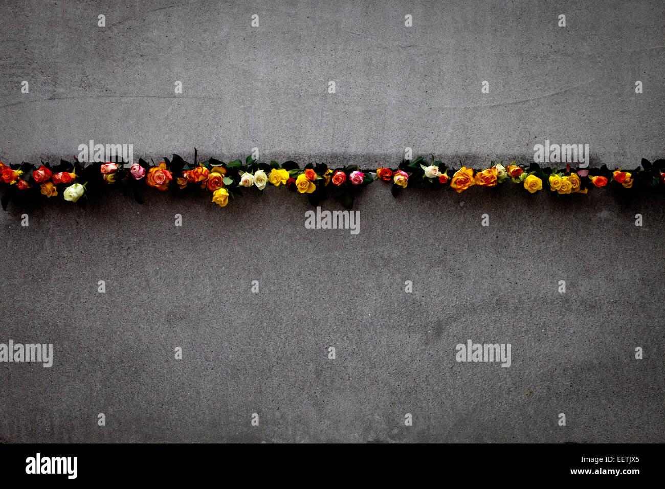 Blumen während 25. Gedenken an seinem Untergang in der Berliner Mauer platziert. Stockbild