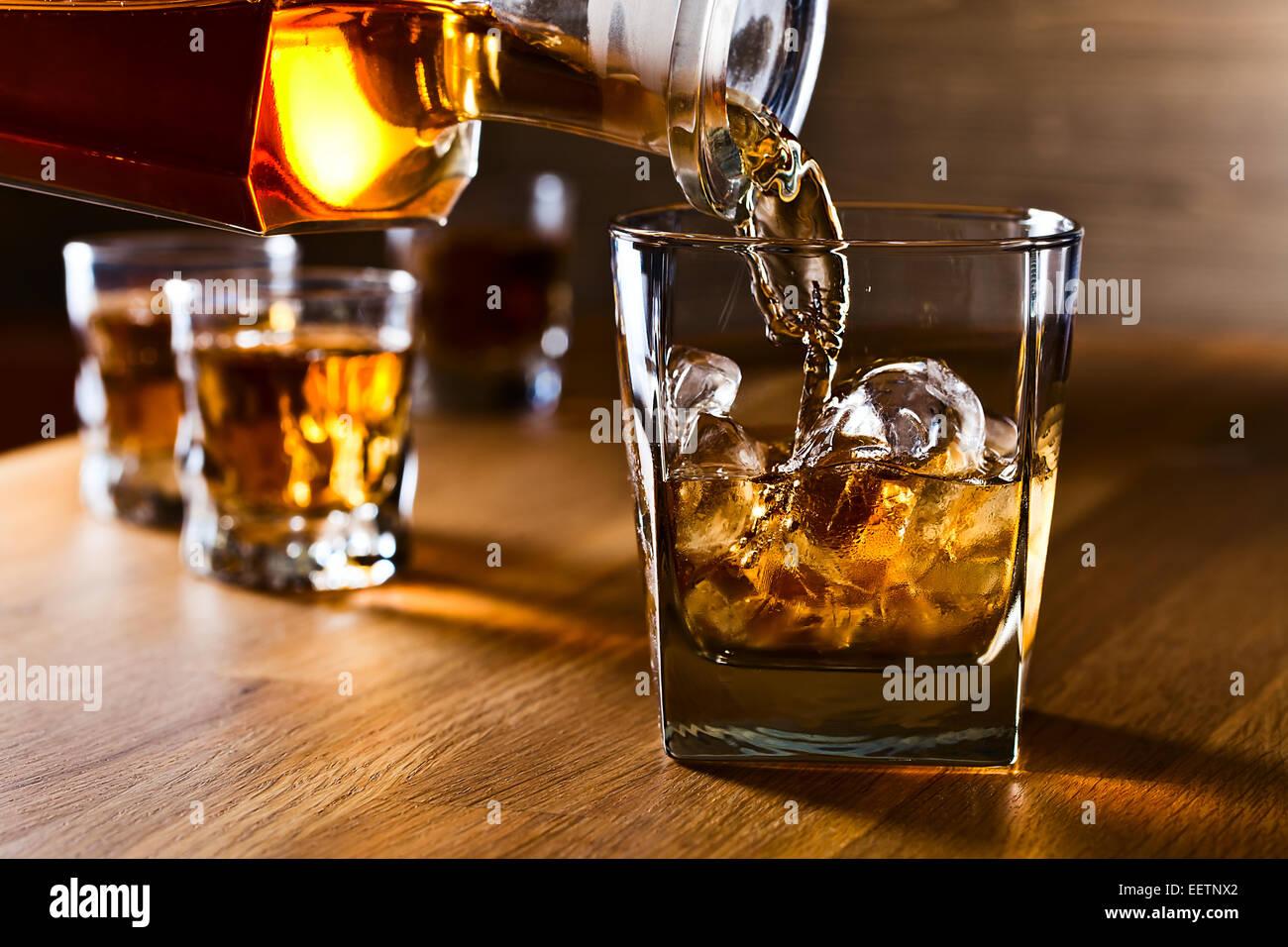 whisky und natureis auf alten holztisch stockfoto bild 77990698 alamy. Black Bedroom Furniture Sets. Home Design Ideas