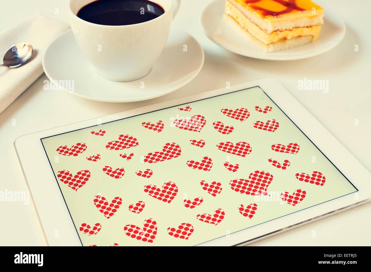 Herzen in einem Grafik-Editor eines Tablet-PCs auf einen Tisch zum Frühstück gezeichnet Stockbild