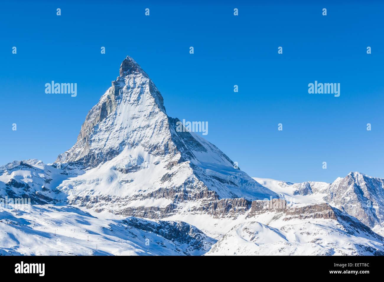 Blick auf Matterhorn an einem klaren sonnigen Tag auf dem Winter-Wanderweg, Zermatt, Schweiz Stockbild