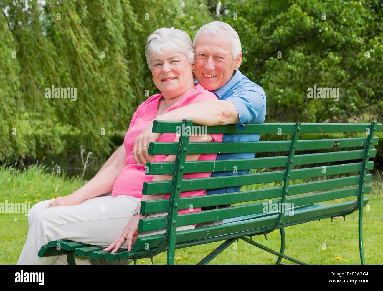 Paar Auf Bank