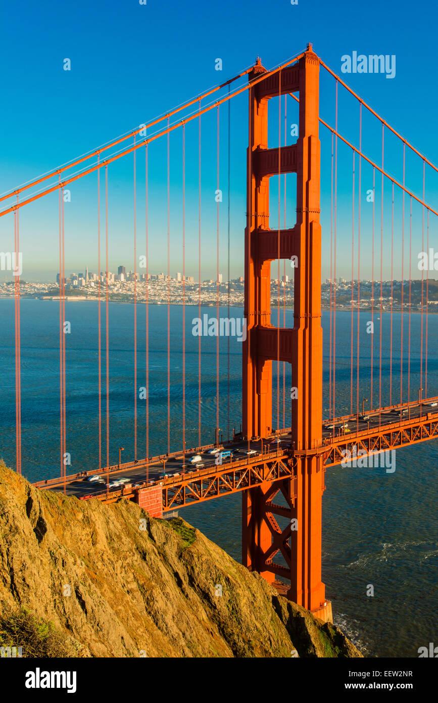 Blick vom Akku Spencer über die Golden Gate Bridge mit Skyline der Stadt im Hintergrund, San Francisco, Kalifornien, Stockbild