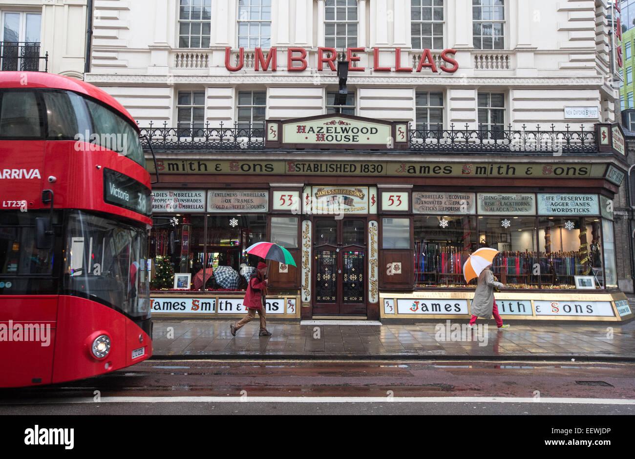 James Smith und Söhne, New Oxford Street-viktorianischen Shop vorne verkaufen Regenschirme und Ladies und Gentlemens Stockbild