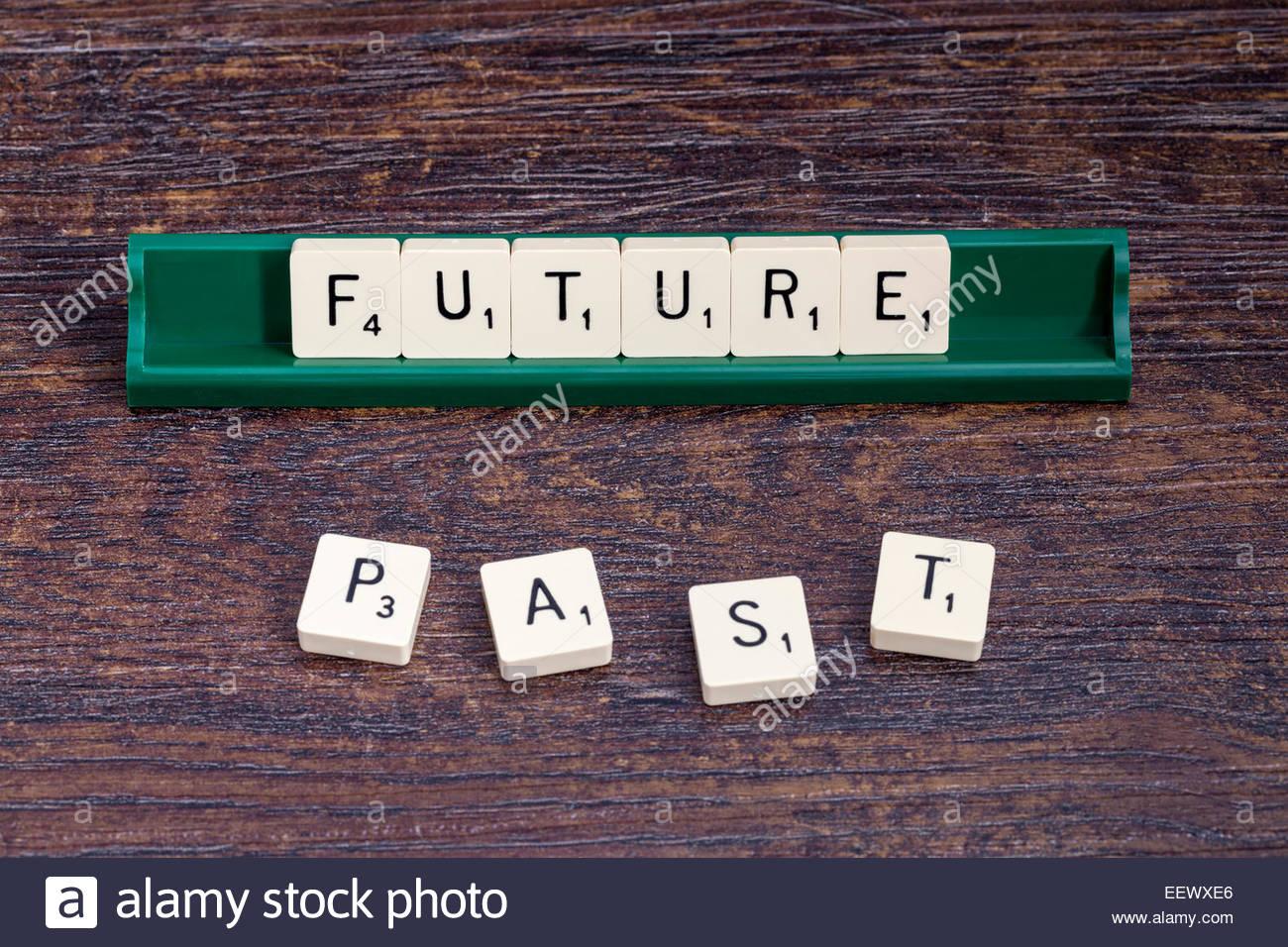 Zukunft und Vergangenheit mit Scrabble-Buchstaben ausgeschrieben. Stockbild