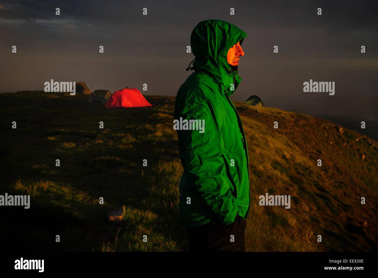 Ein Wanderer betrachtet die Aussicht vom Gipfel des The Suilven Berg mit der CP im Hintergrund. Schottland, Vereinigtes Stockbild