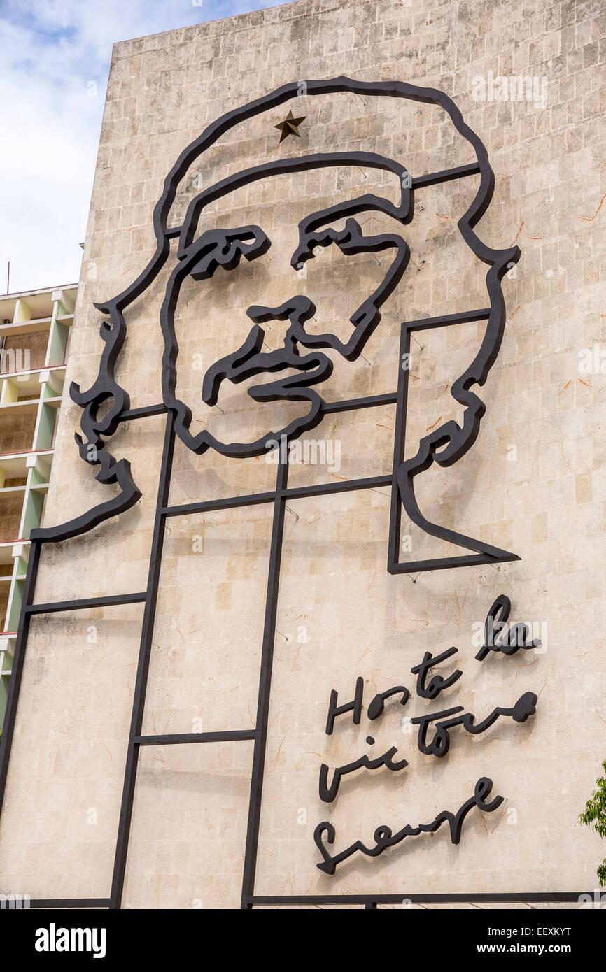 Ernesto Che Guevara als Kunstinstallation und Propaganda Kunstwerk an einer Hauswand am Platz der Revolution, Haus Stockbild
