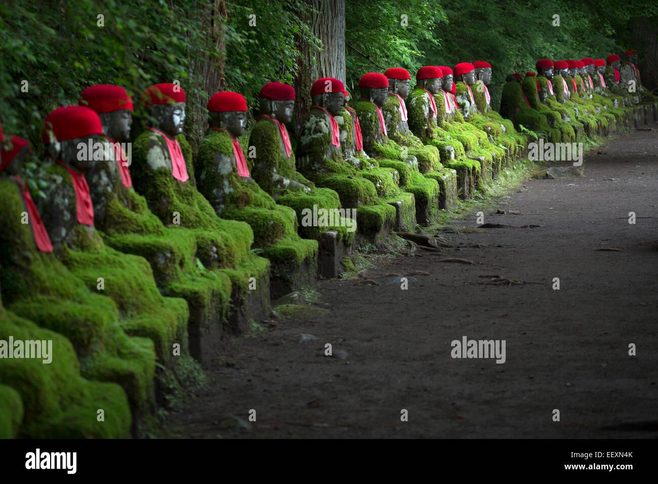 Reihe von Statuen in Japan Stockbild