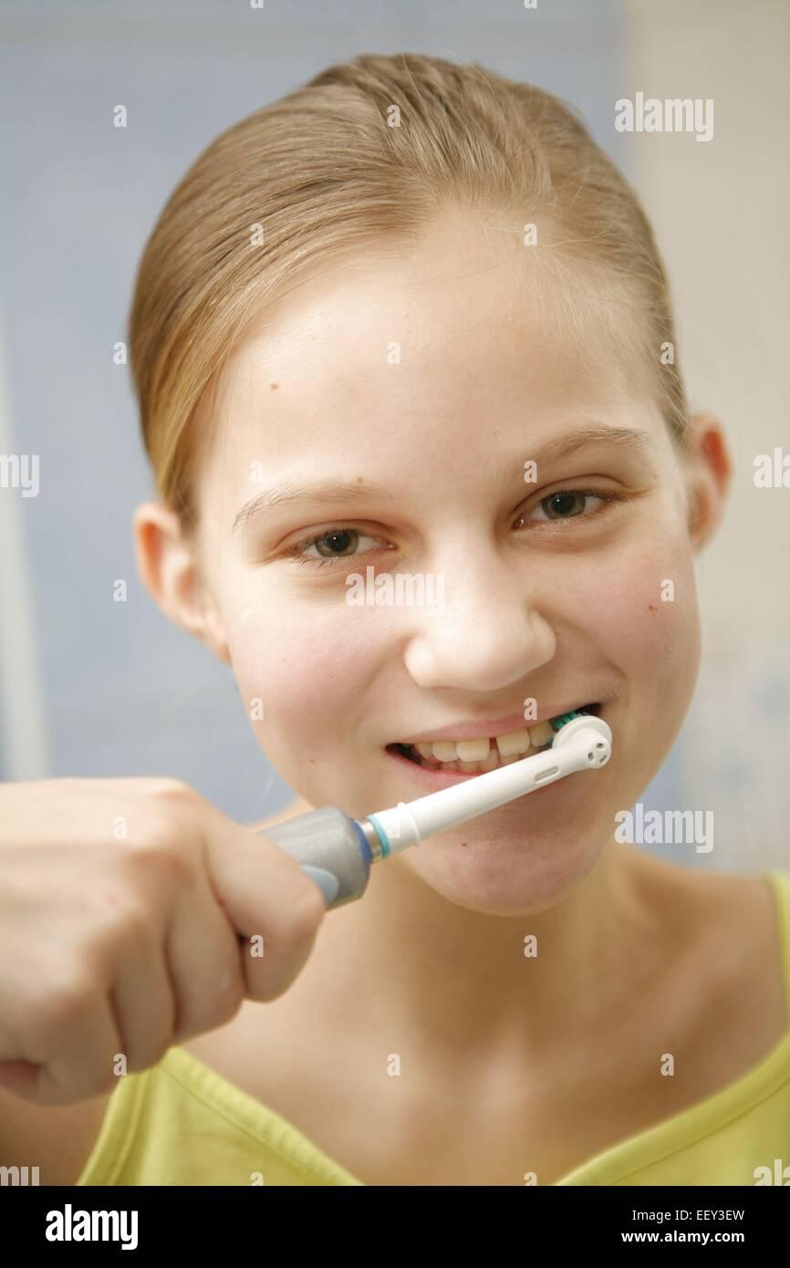 Näher, Jugendliche, Teenager, Zaehneputzen, Mimik, Badezimmer, Elektrische, Elektrisch, Zahnbuerste, Zaehne Stockbild
