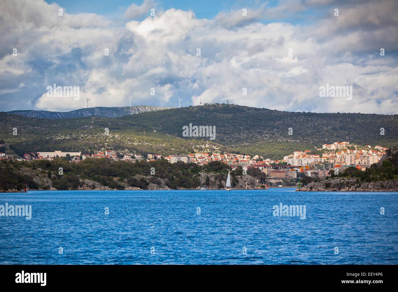 Kroatischen Küste Ansicht, Sibenik-Bereich, aus dem Meer. Horizontalen Schuss Stockbild