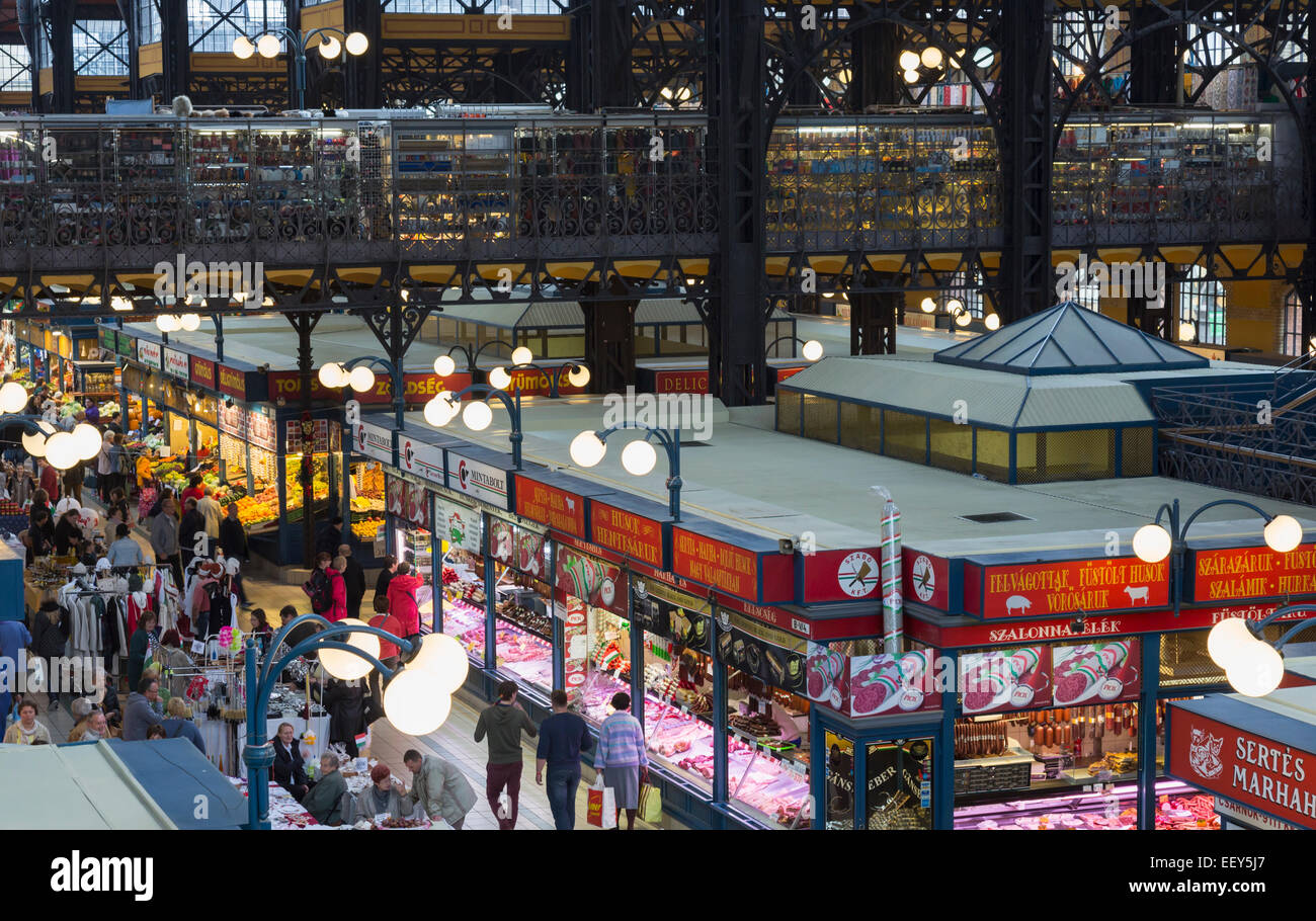 Käufer, die voll in das Innere des berühmten großen Markthalle in Budapest, Ungarn Stockbild