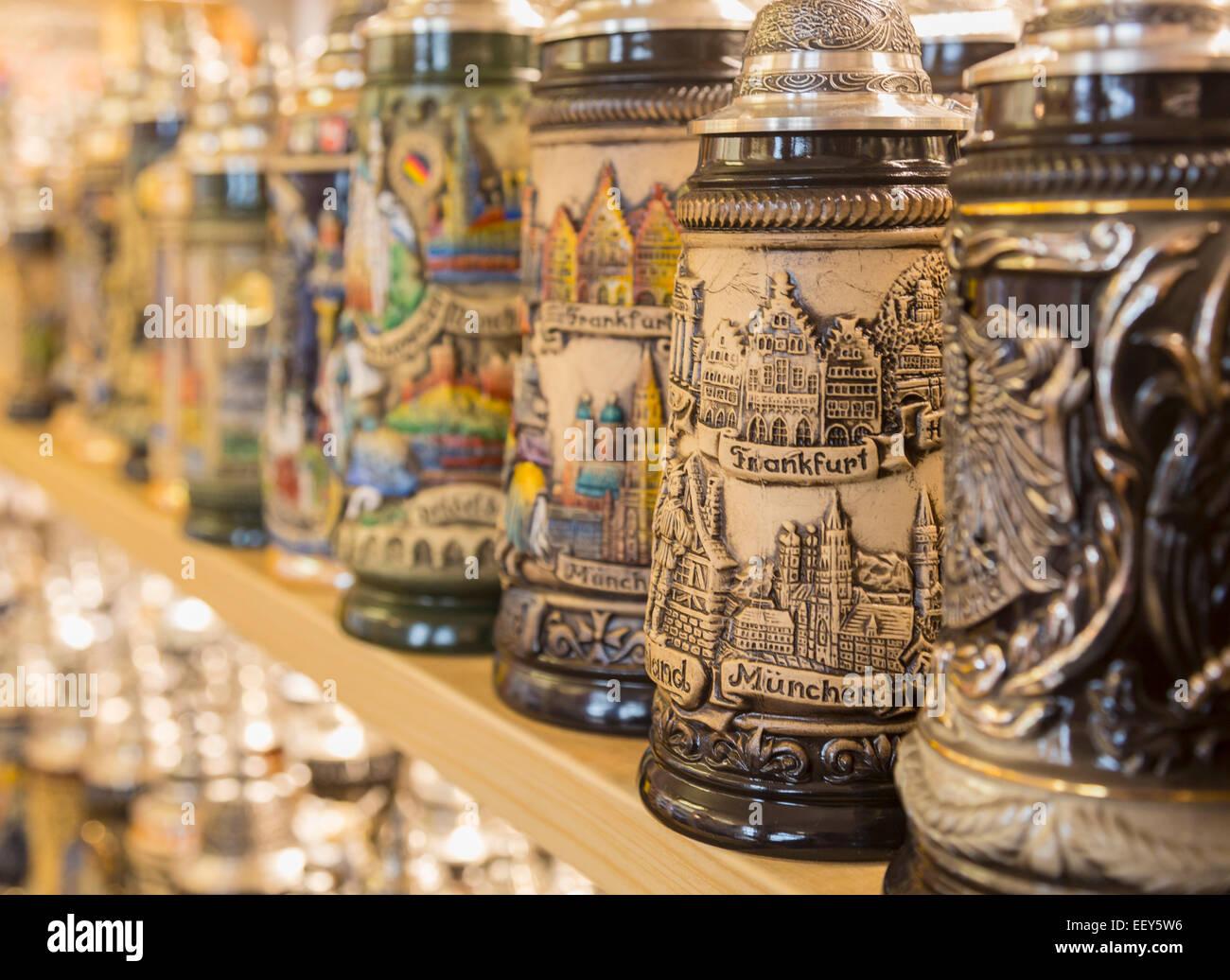 Reihe von deutschen Stein Biergläser oder Humpen auf einem Regal in einem Geschäft in Regensburg, Deutschland Stockbild