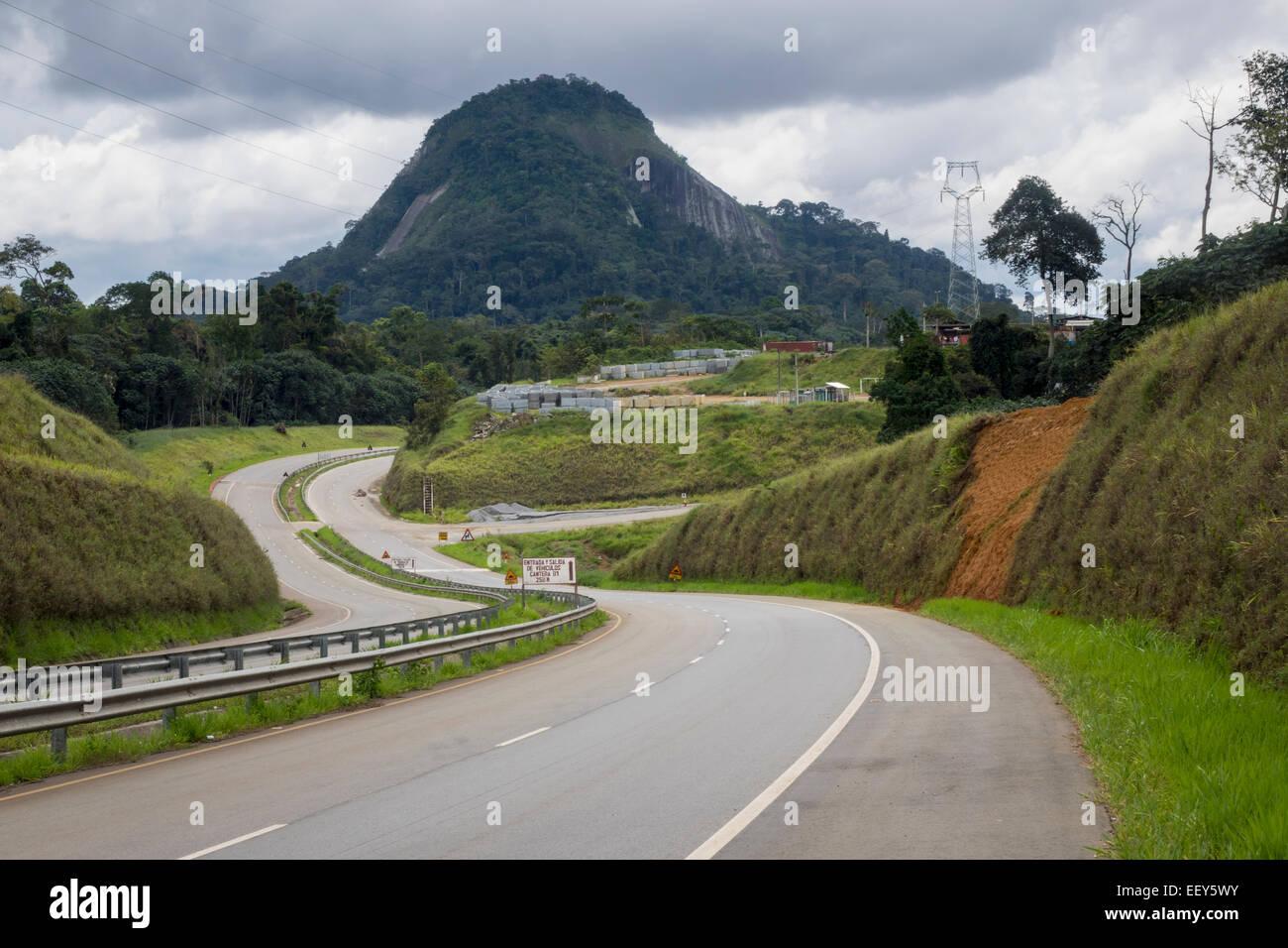 Infrastruktur-Westafrika - moderne Autobahn vorbei an Bergen auf Weg in die neue Hauptstadt des Oyala, Äquatorial Stockbild