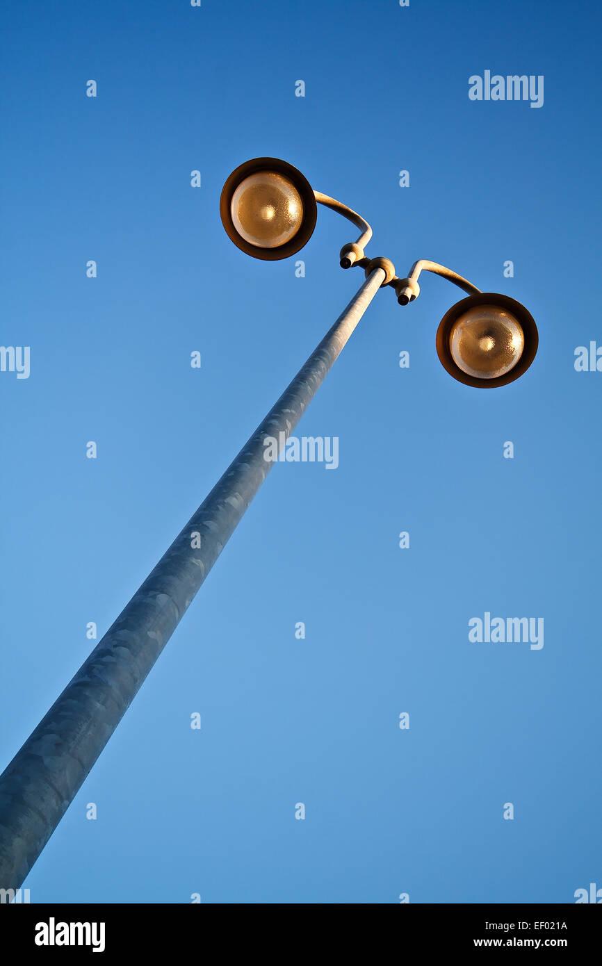 Eine Laterne vor blauem Himmel. Stockbild
