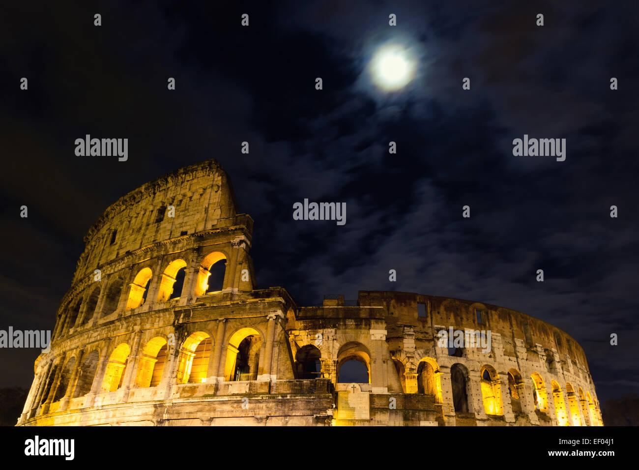 Das Kolosseum unter dem Vollmond, Rom, Italien Stockbild