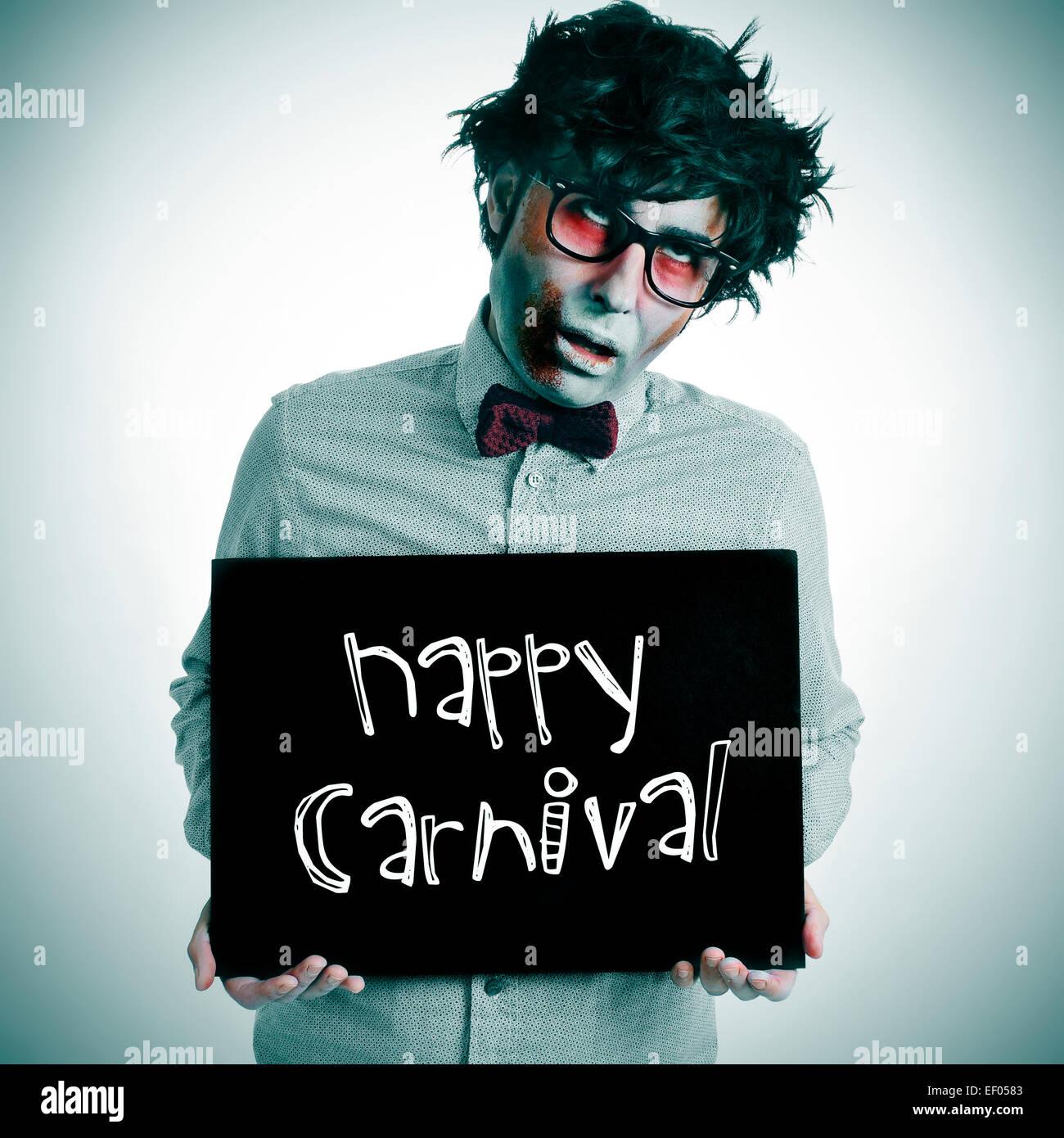 ein Mann putzt eine Zombie-Kostüm mit einem schwarzen Schild mit dem Text zufrieden Karneval geschrieben Stockbild