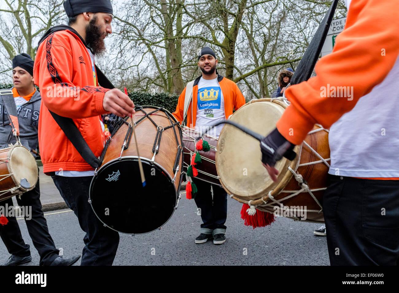 Trommler repräsentieren die Borough of Lewisham Vorbereitung zur Teilnahme an London 2015 New Year's Day Stockbild