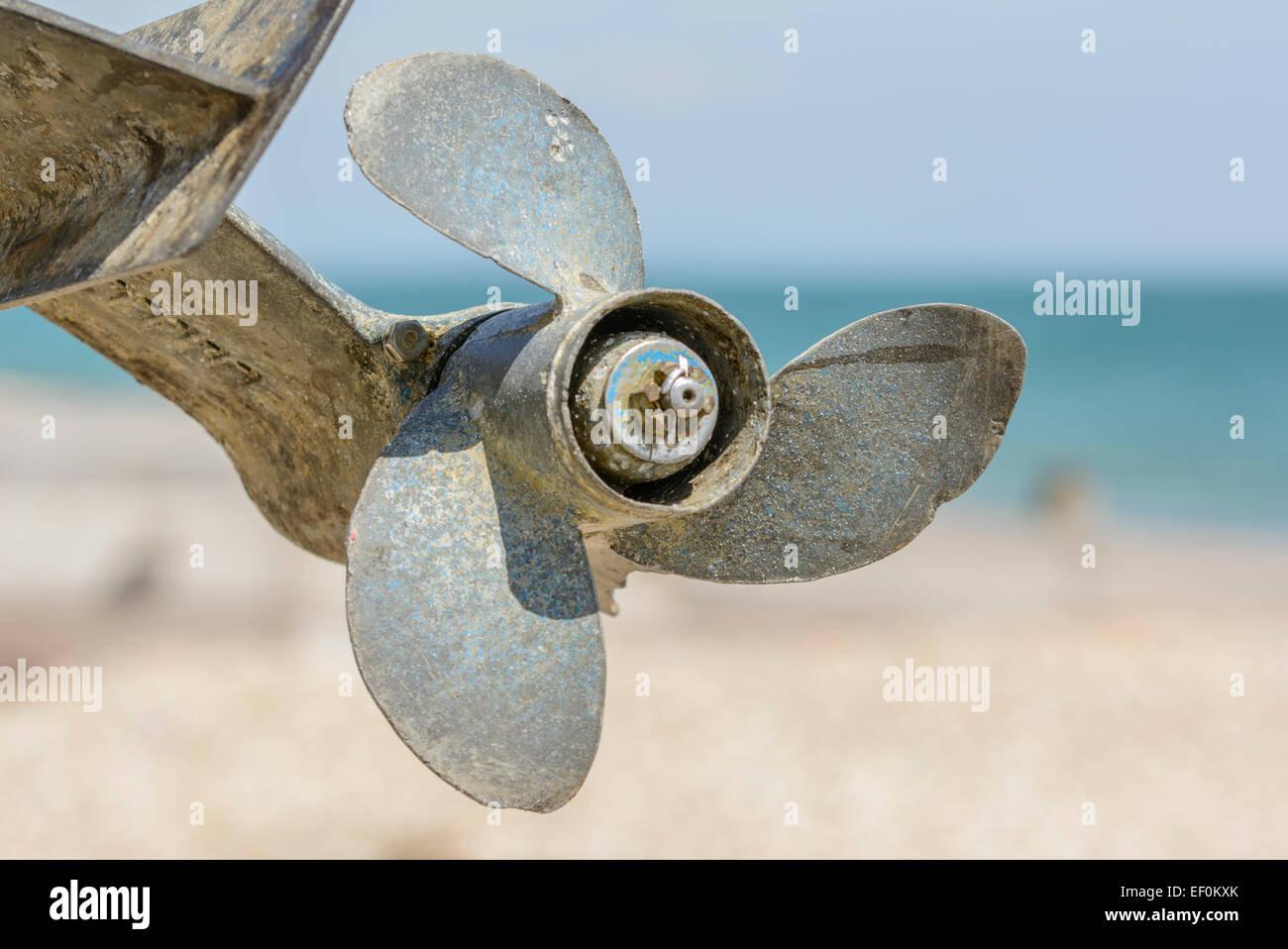 Propeller von einem Außenbordmotor Boote während aus dem Wasser am Meer. Stockbild
