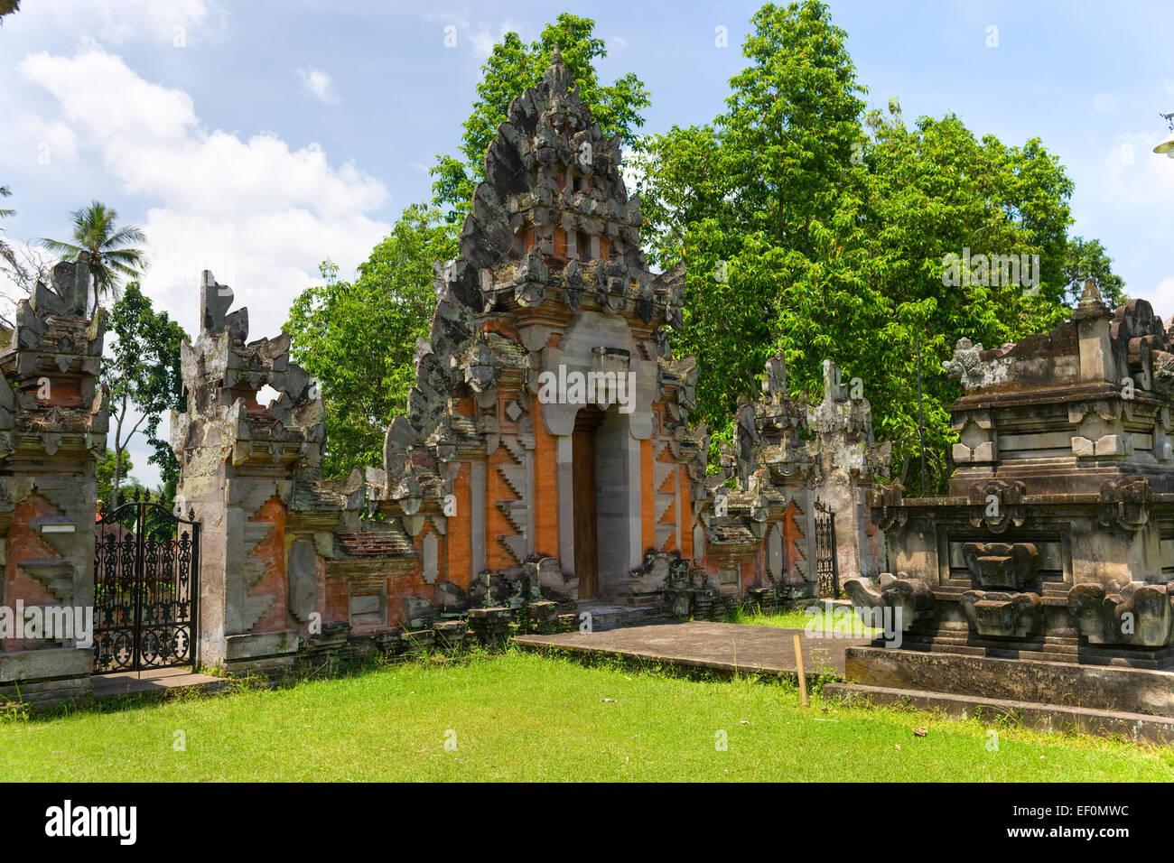 Eingang eines Indu-Tempels in Ubud, Bali, Indonesien. Stockfoto