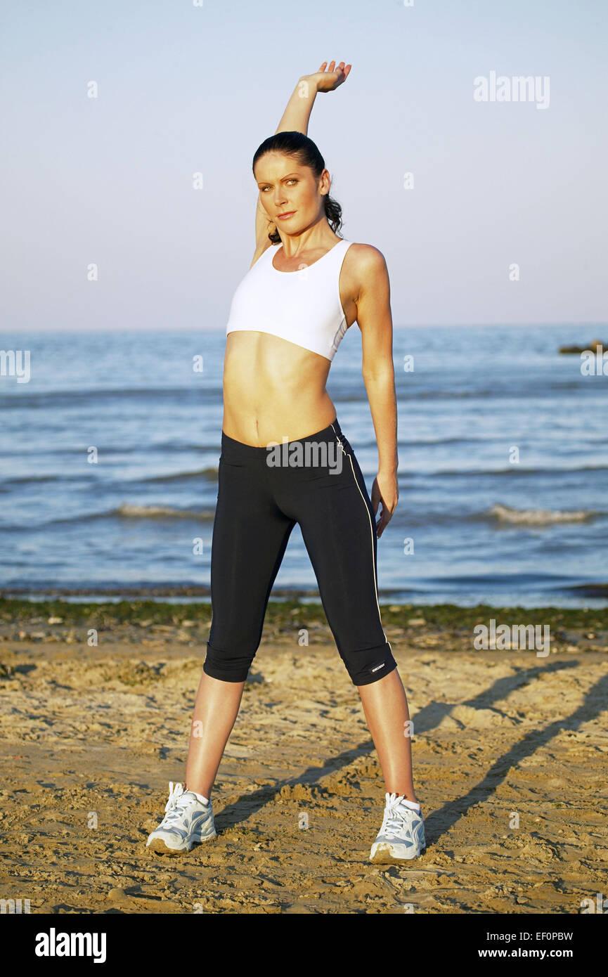frau strand gymnastik sandstrand meer urlaub freizeit