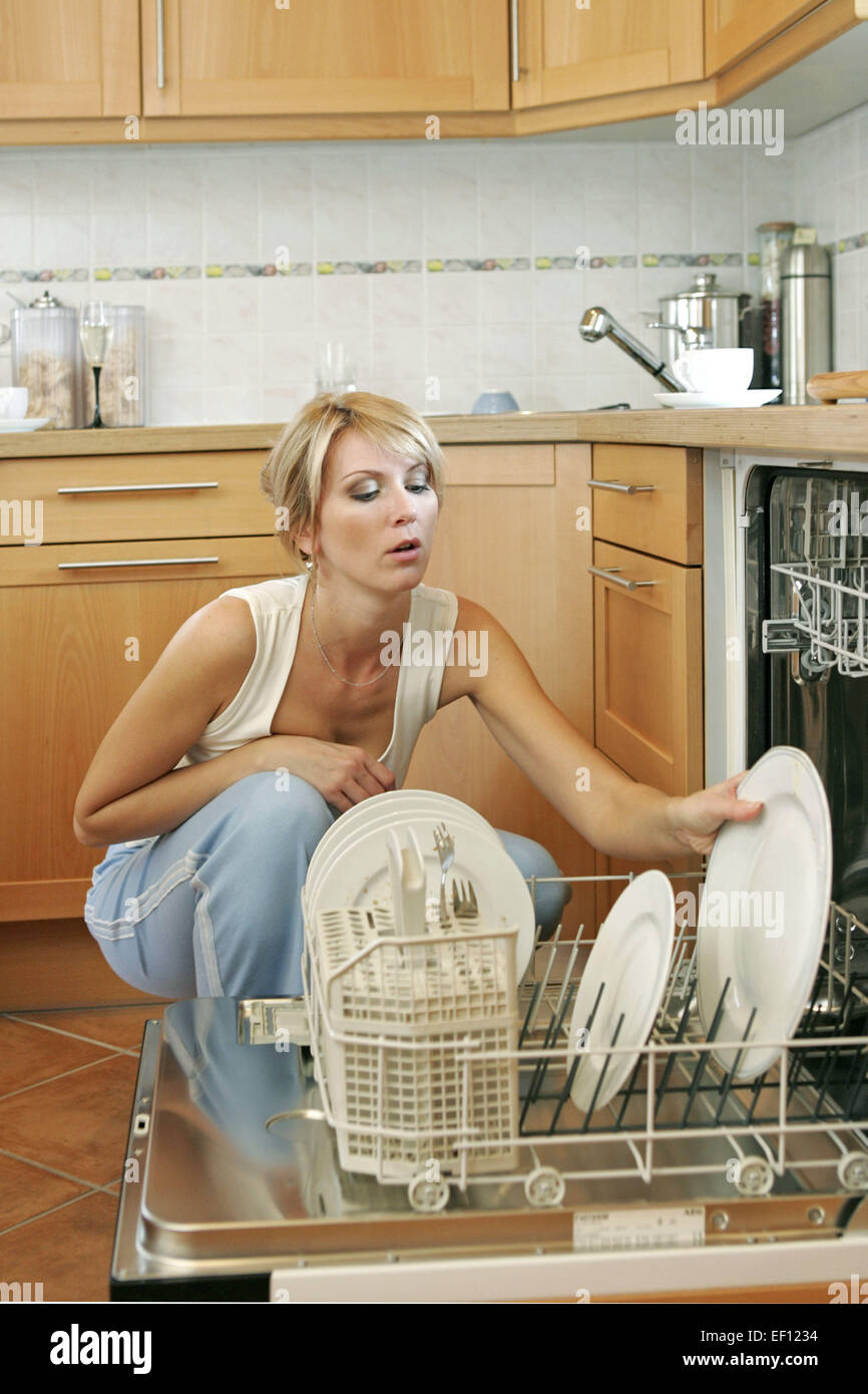 hausfrau spuelen abspuelen geschirr abwaschen viskoseteile abwasch geschirrspueler spuelmaschine. Black Bedroom Furniture Sets. Home Design Ideas