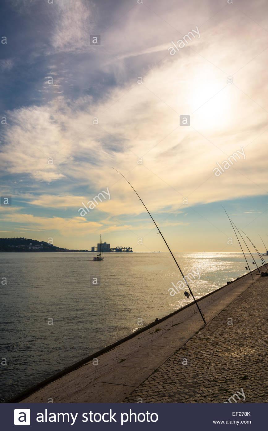 Lissabon Fluss angeln ruten am fluss tajo belem lissabon portugal stockfoto