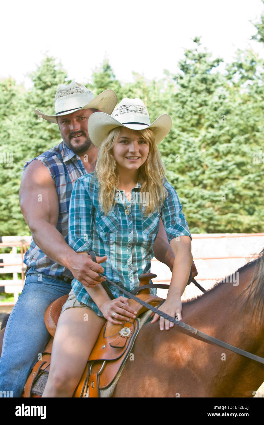 Paar Reiten einen Pferd im freien Stockfoto
