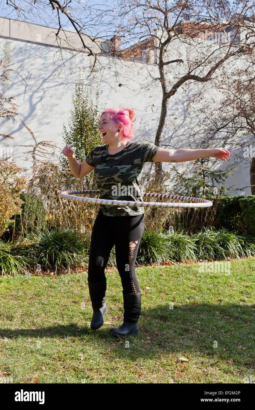 Frau, die das Training mit Hoola Hoop - USA Stockbild