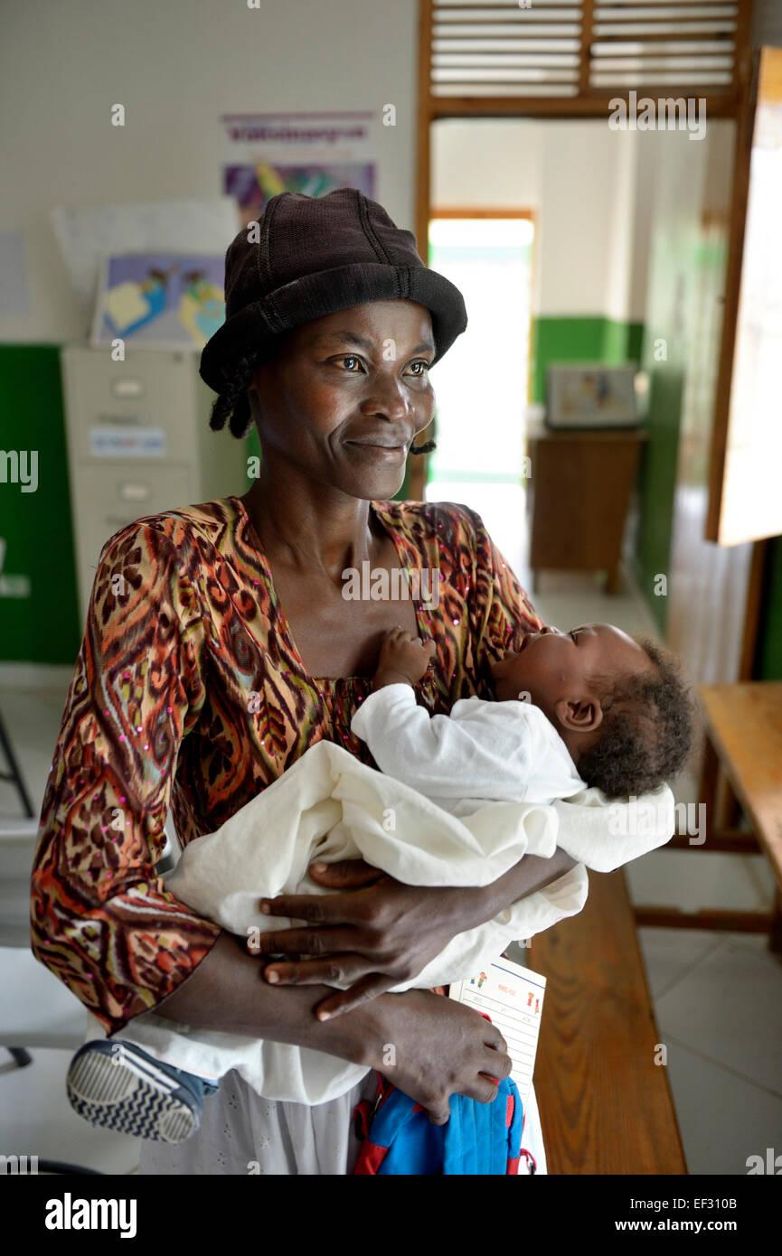 Mutter mit ihrem neugeborenen Kind, Gesundheitszentrum Brésilienne, Bainet, Sud-Est-Abteilung, Haiti Stockfoto