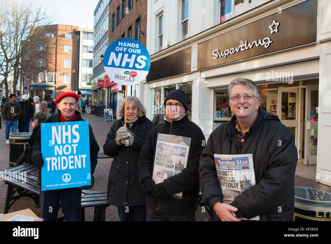 NHS Demonstranten halten Plakate auf Pride Hill in Shrewsbury, Shropshire, England. Stockbild