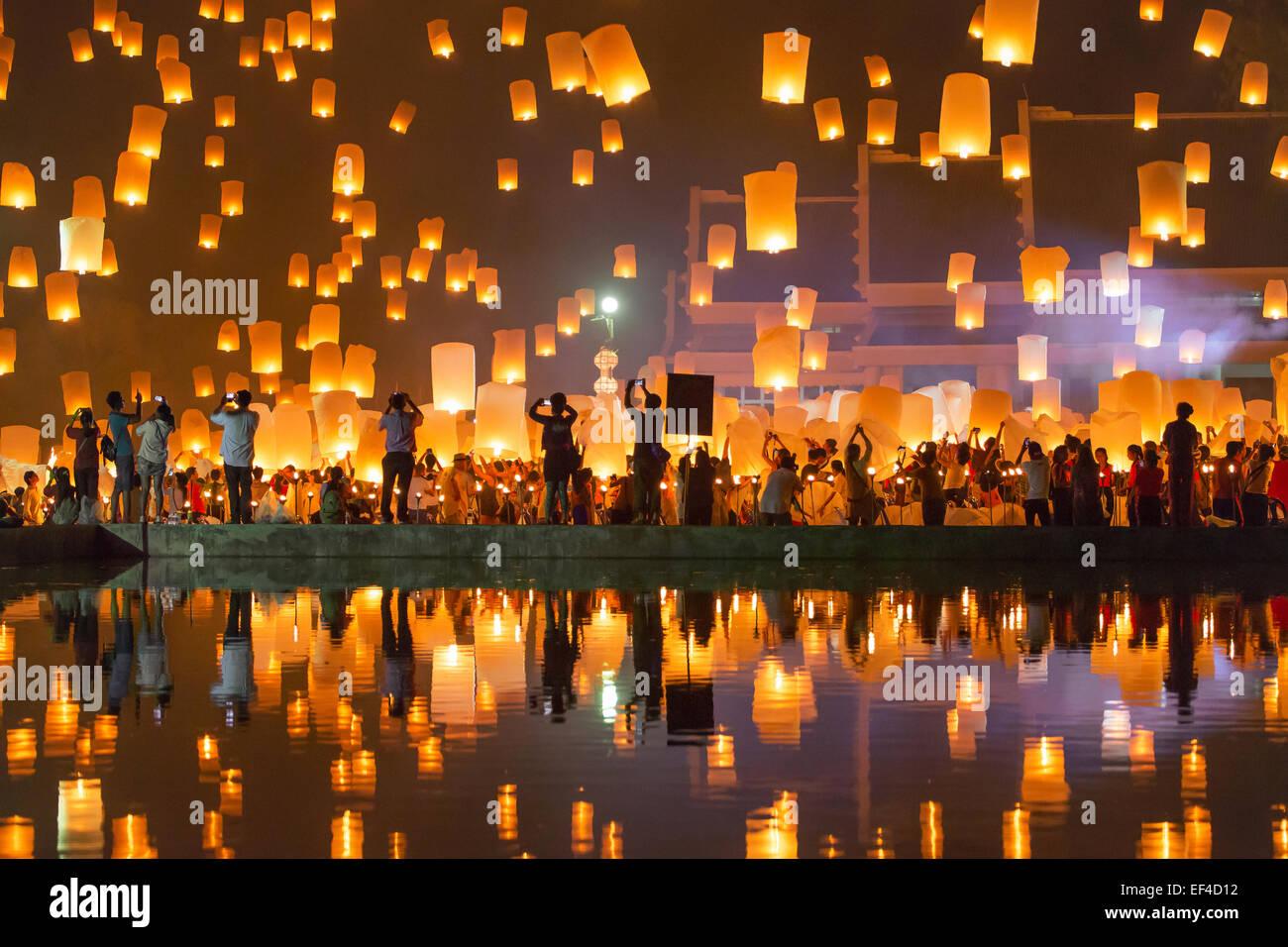 Menschen release Khom Loi, die Himmelslaternen während Yi Peng oder Loi Krathong festival Stockfoto