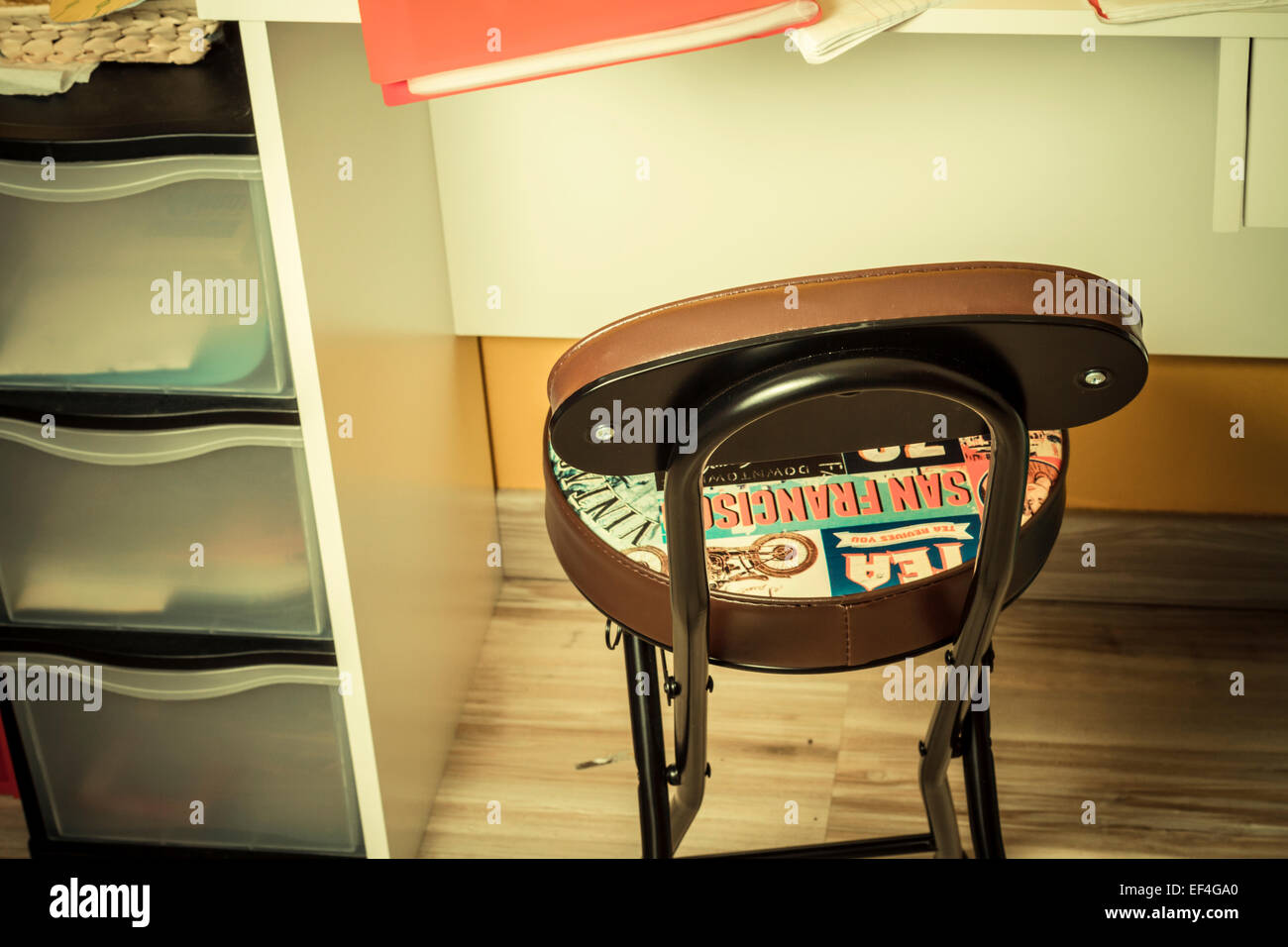 Einen Schreibtisch und einen Stuhl. Stockbild