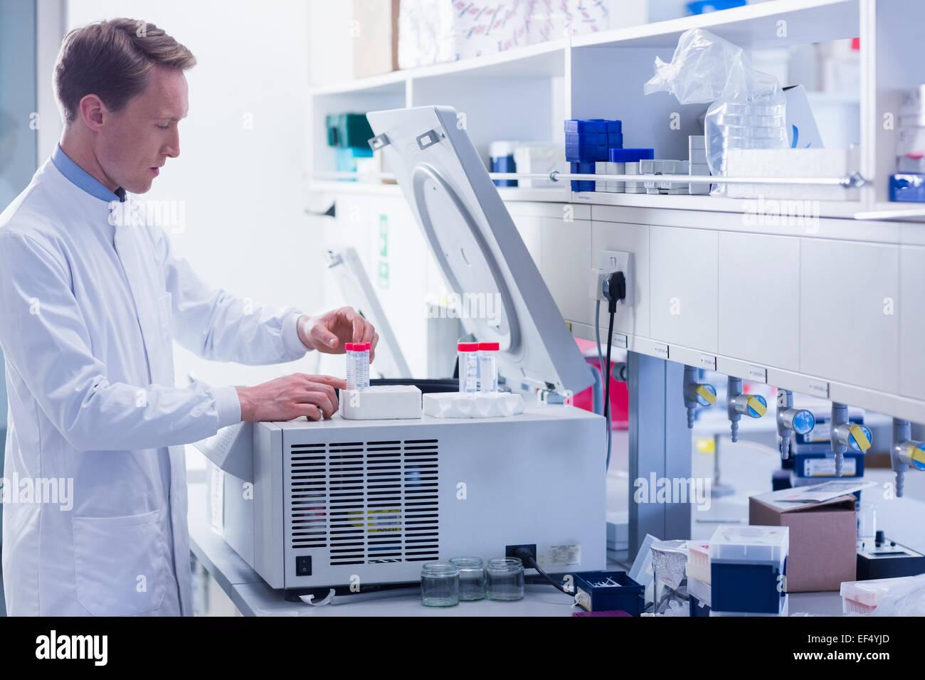 Fokussierte Chemiker machen ein Experiment Stockbild