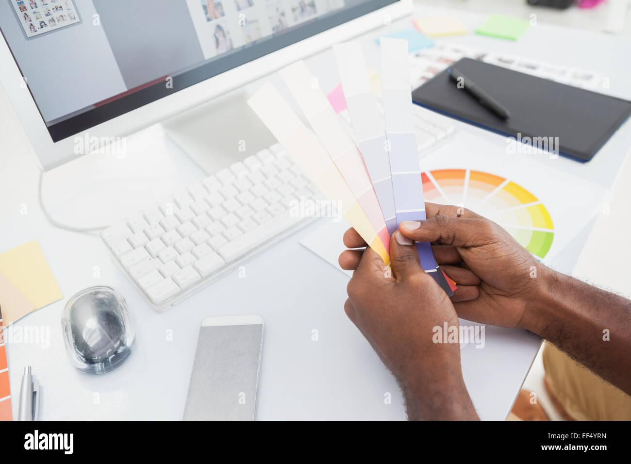 Designer halten Farbmuster und Wahl Stockbild