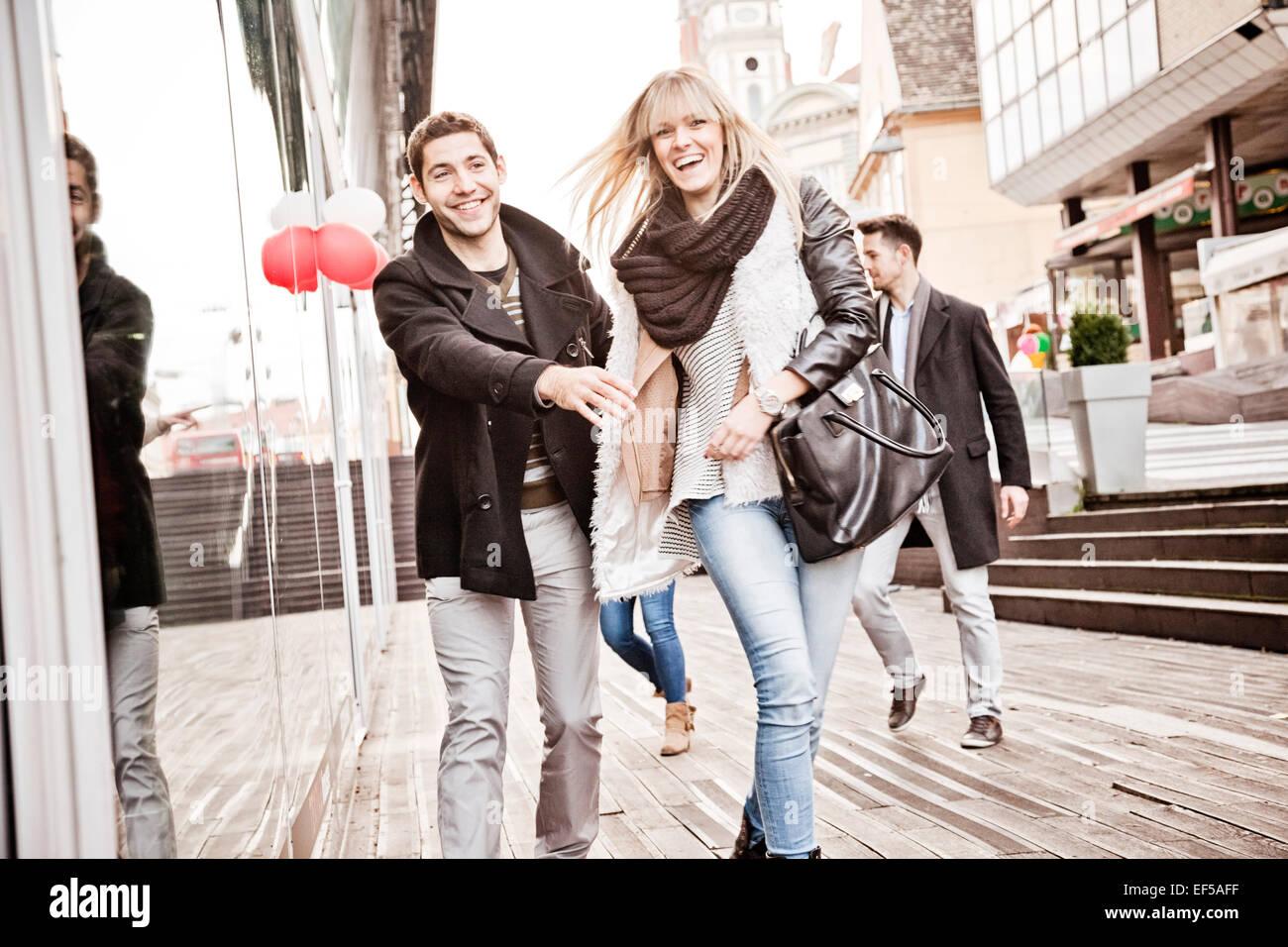 Gruppe von Freunden, die Spaß auf shopping-Tour Stockbild
