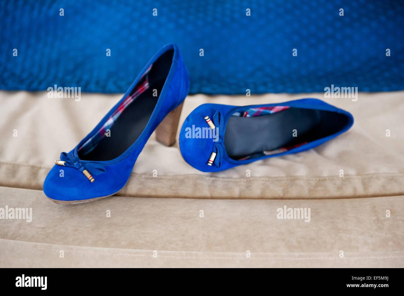 39f32a567d3c12 Weibliche zwei blaue Brautschuhe Stockfoto