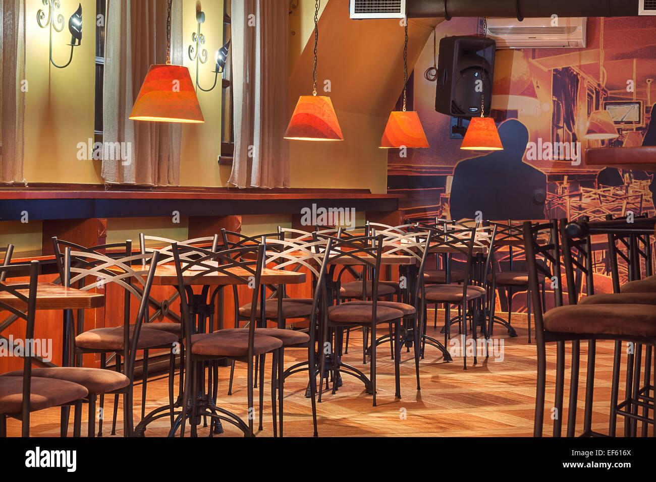 Januar 2015: Velvet Cafe Und Club Interieur, Modernen Design Mit Vintage  Stühle Und Tische.