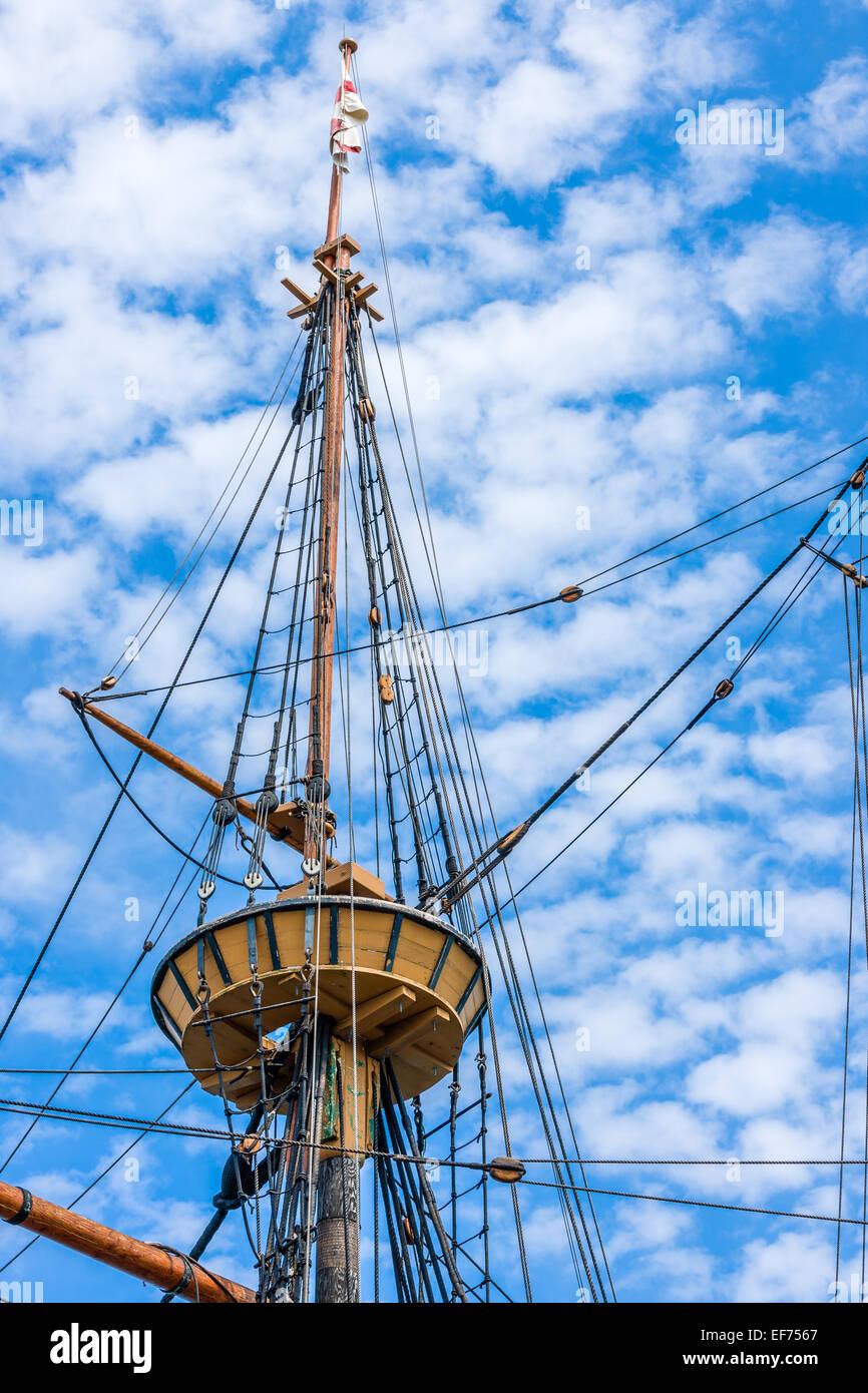 Die Crows Nest auf der Mayflower II, vertäut eine Nachbildung des 17. Jahrhunderts Mayflower an State Pier in Plymouth, Stockfoto