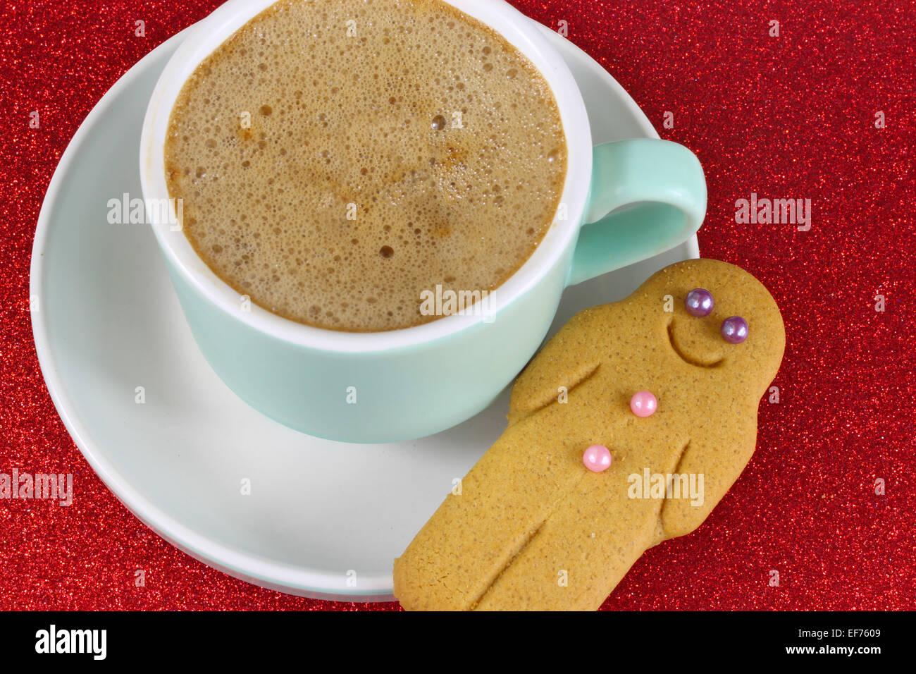 Weihnachten-Kaffee und Lebkuchen Mann auf rot Glitter-Hintergrund. Hautnah. Stockbild