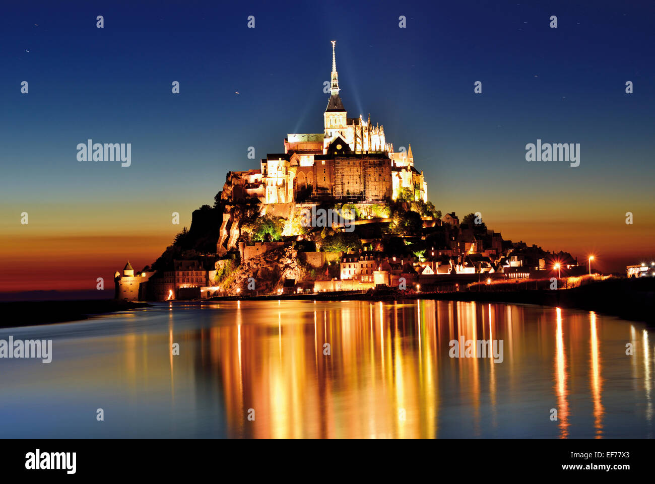 Frankreich, Normandie: Panoramablick von Le Mont St. Michel bei Nacht Stockbild
