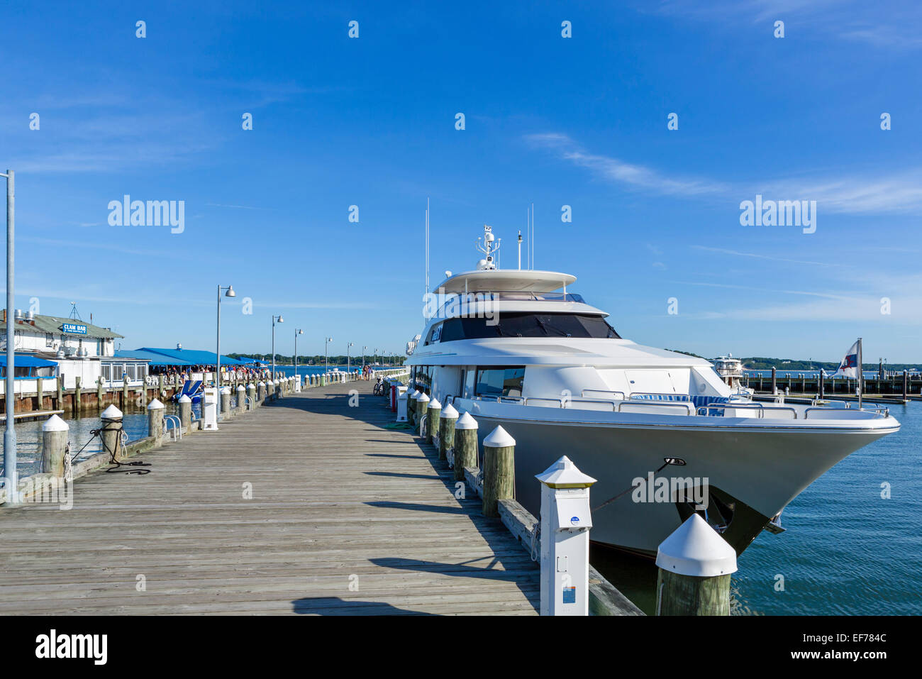 Luxus-Yacht angedockt in das Dorf Greenport, Suffolk County, Long Island, NY, USA Stockbild